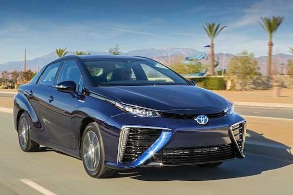 2016-toyota-mirai-front-three-quarter-in-motion